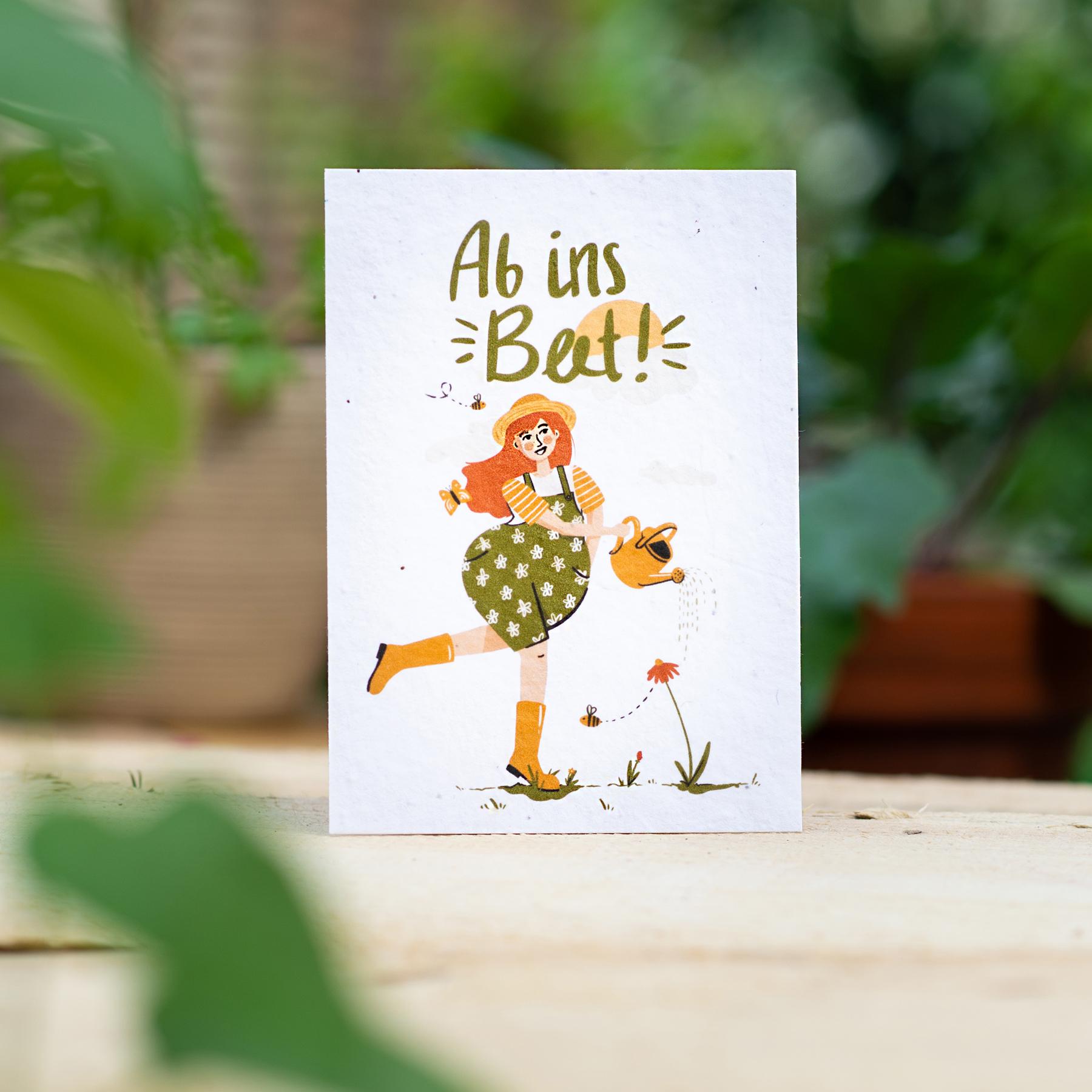 """Gewinnerkarte Wachsende Kunst 2021 """"Ab ins Beet!"""" Figur Gießkanne"""