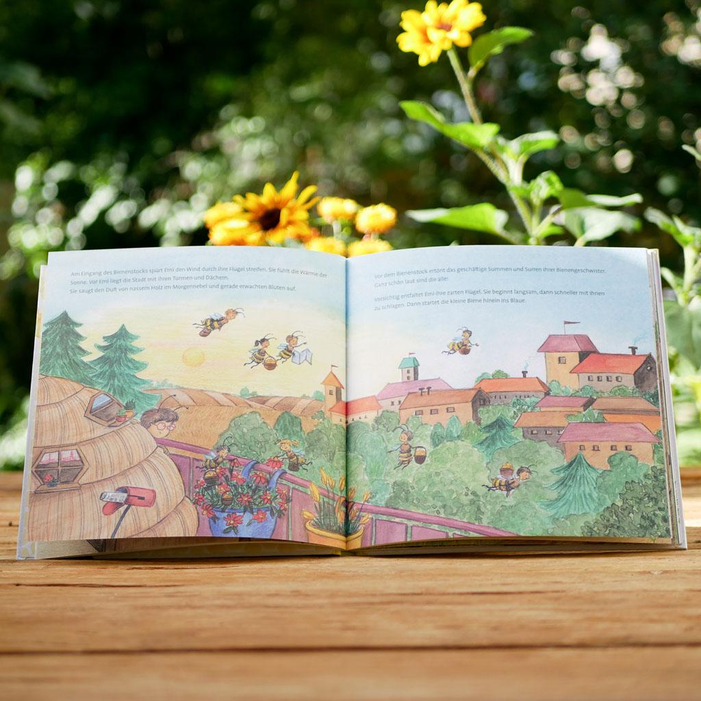 """Seite 2 vom nachhaltigen und interaktiven Kinderbuch """"Emi Brillenbiene"""" über Bienen und Blumen. Motive sind liebevoll handgezeichnet."""