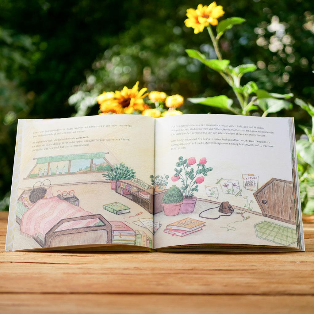 """Seite 3 vom nachhaltigen und interaktiven Kinderbuch """"Emi Brillenbiene"""" über Bienen und Blumen. Motive sind liebevoll handgezeichnet."""