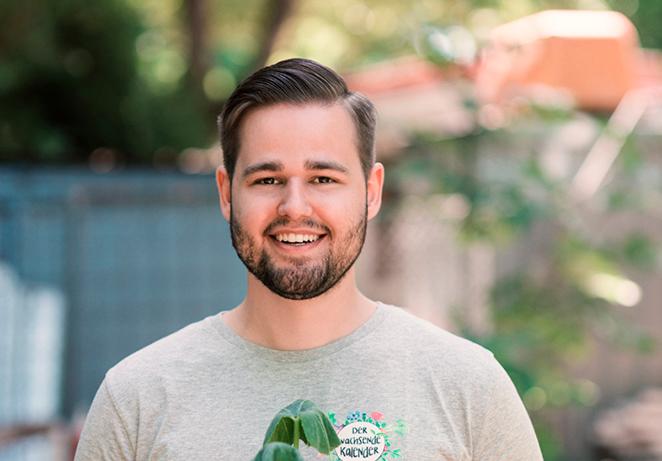 Teammitglied des nachhalitgen Start Ups Primoza im Garten in der Stadt