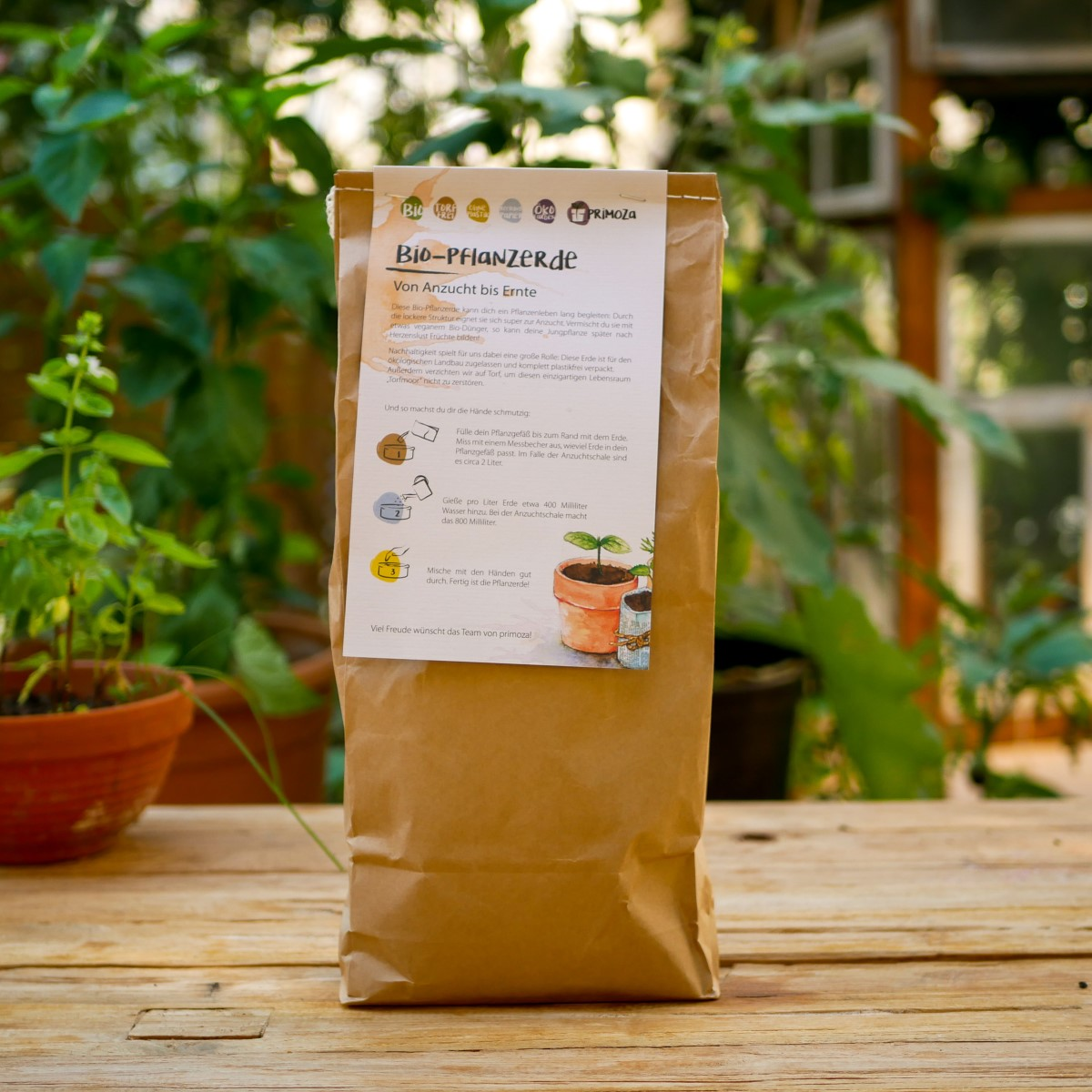Ein Sack torffreie Bio-Pflanzenerde steht auf einem Holztisch. Die Erde ist in Papier verpackt.