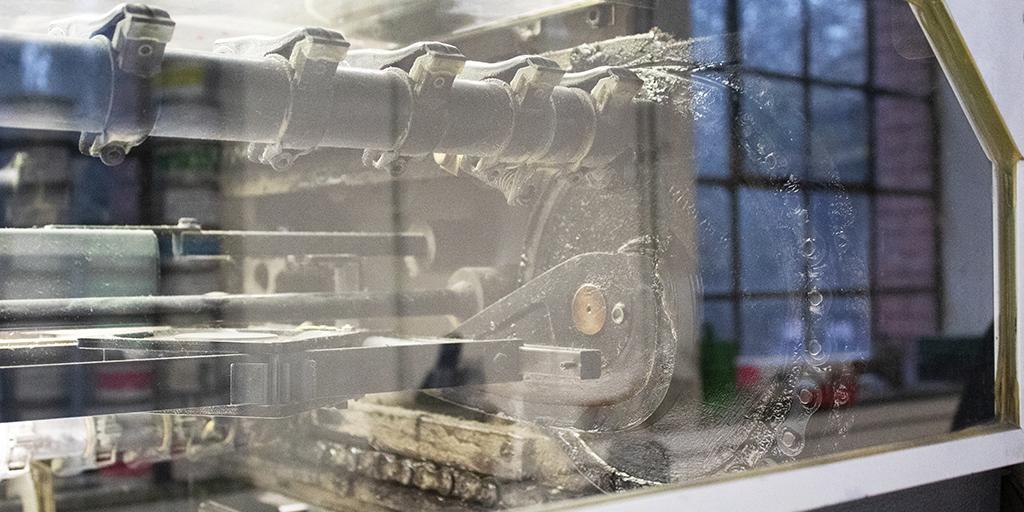 Großaufnahme einer Maschine für den Papierdruck.