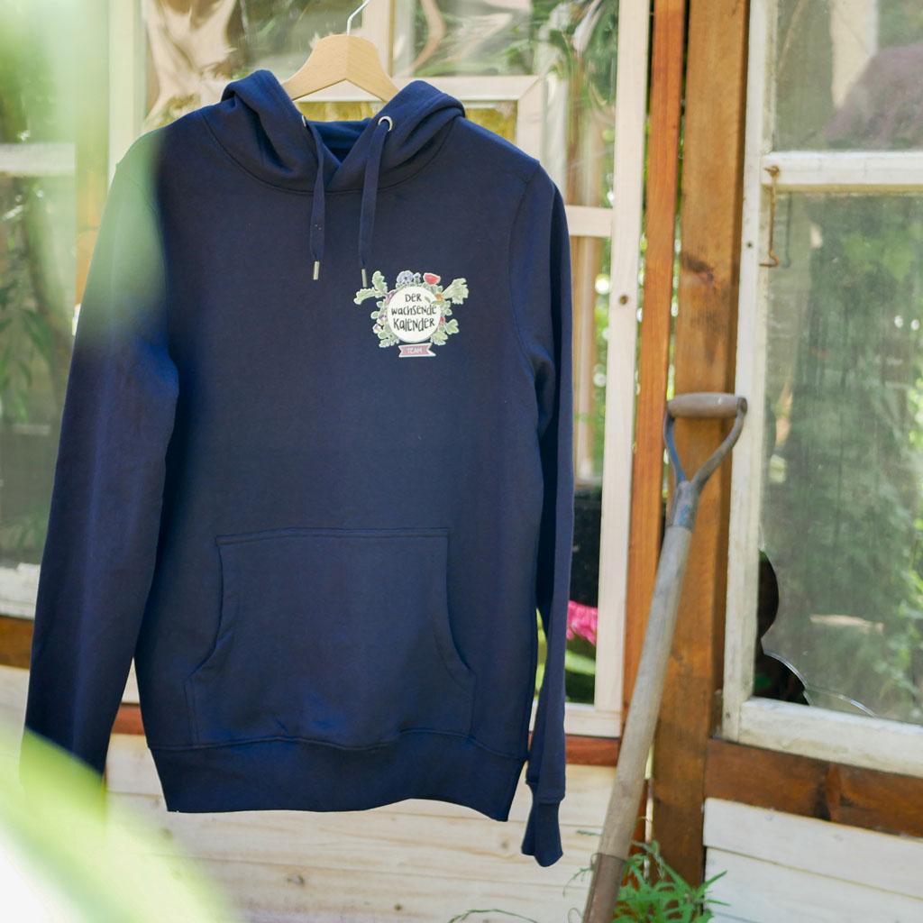 """Vorderseite vom dunkelblauen Pullover mit Motiv """"Der Wachsende Kalender"""". Für Gartenarbeit und Urban Gardening."""