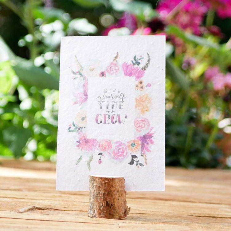 Einpflanzbare Postkarte aus Samenpapier. Karte zur Aufmunterung mit handgezeichnetem Blumenmotiv. Karte für den guten Zweck