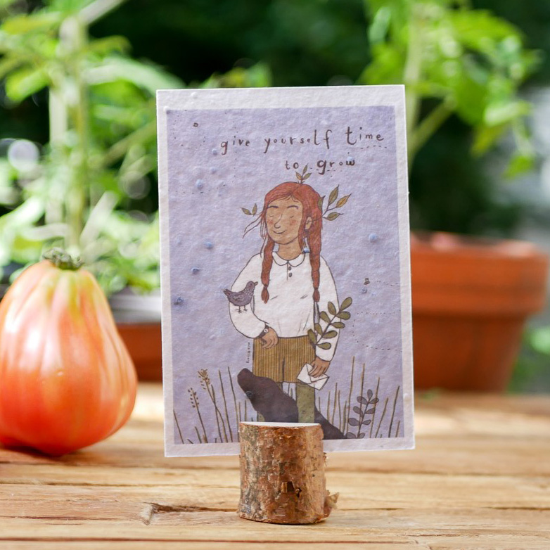 Einpflanzbare Postkarte aus Samenpapier. Karte zur Aufmunterung mit handgezeichnetem Motiv mit Mädchen. Karte für den guten Zweck