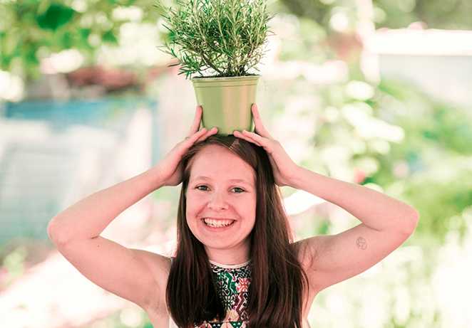 Teammitglied des nachhalitgen Start Ups Primoza im Garten in der Stadt mit Pflanze