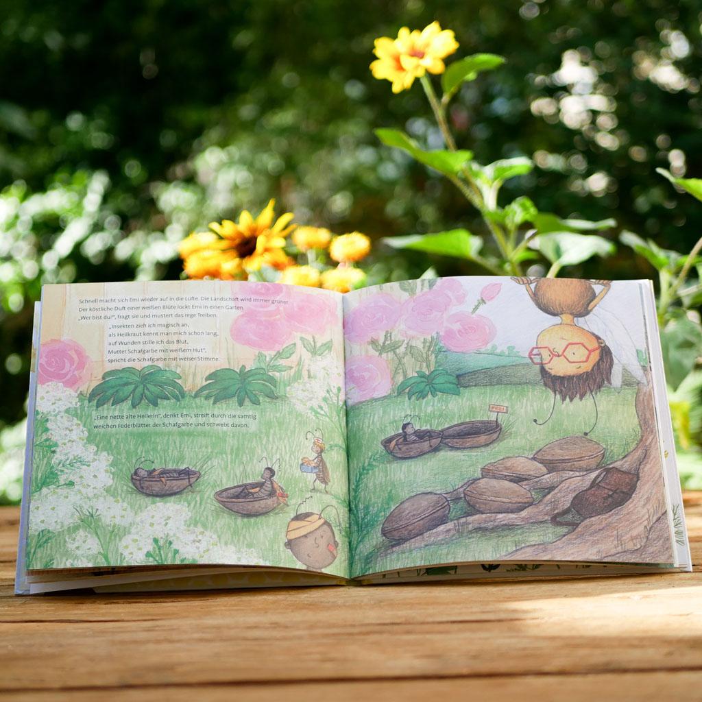 """Seite 1 vom nachhaltigen und interaktiven Kinderbuch """"Emi Brillenbiene"""" über Bienen und Blumen. Motive liebevoll handgezeichnet."""