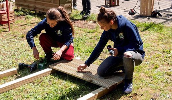 Das Team des nachhaltigen Start Ups Primoza baut einen Garten in der Stadt