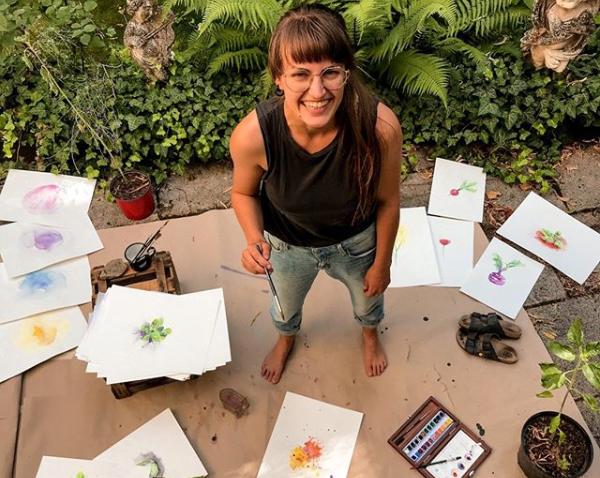 """Gründerin des nachhaltigen Start Ups Primoza malt Illustrationen für den einpflanzbaren Kalender """"Der Wachsende Kalender - Tausendsassa"""""""