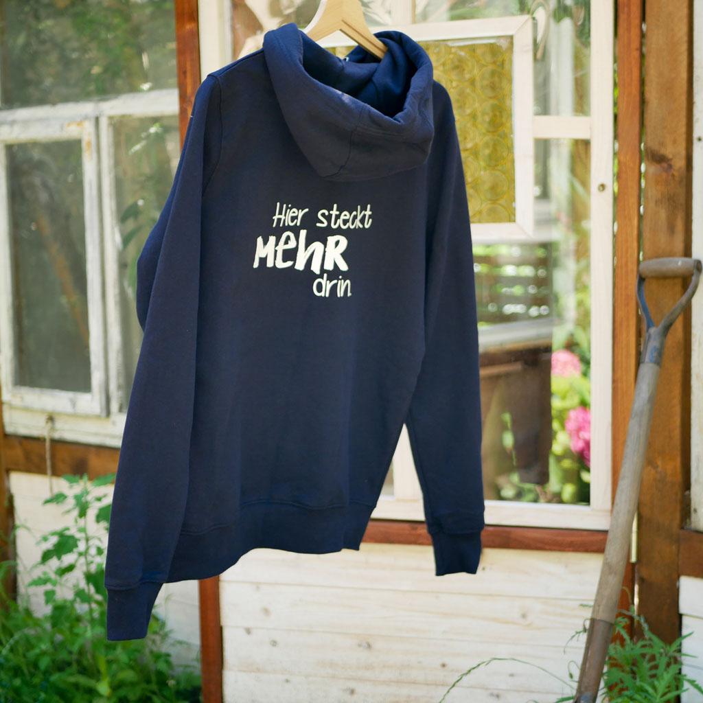 """Rückseite vom dunkelblauen Pullover mit Motiv """"Der Wachsende Kalender"""". Für Gartenarbeit und Urban Gardening."""